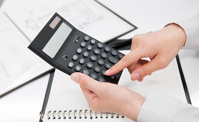 電卓で給与計算をしている様子