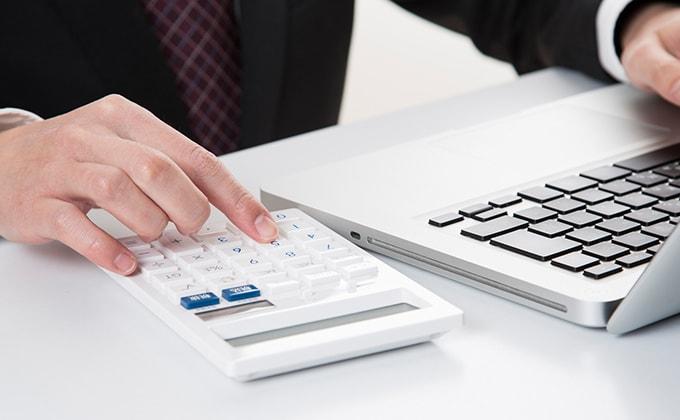 給与計算をしている経理担当者イメージ